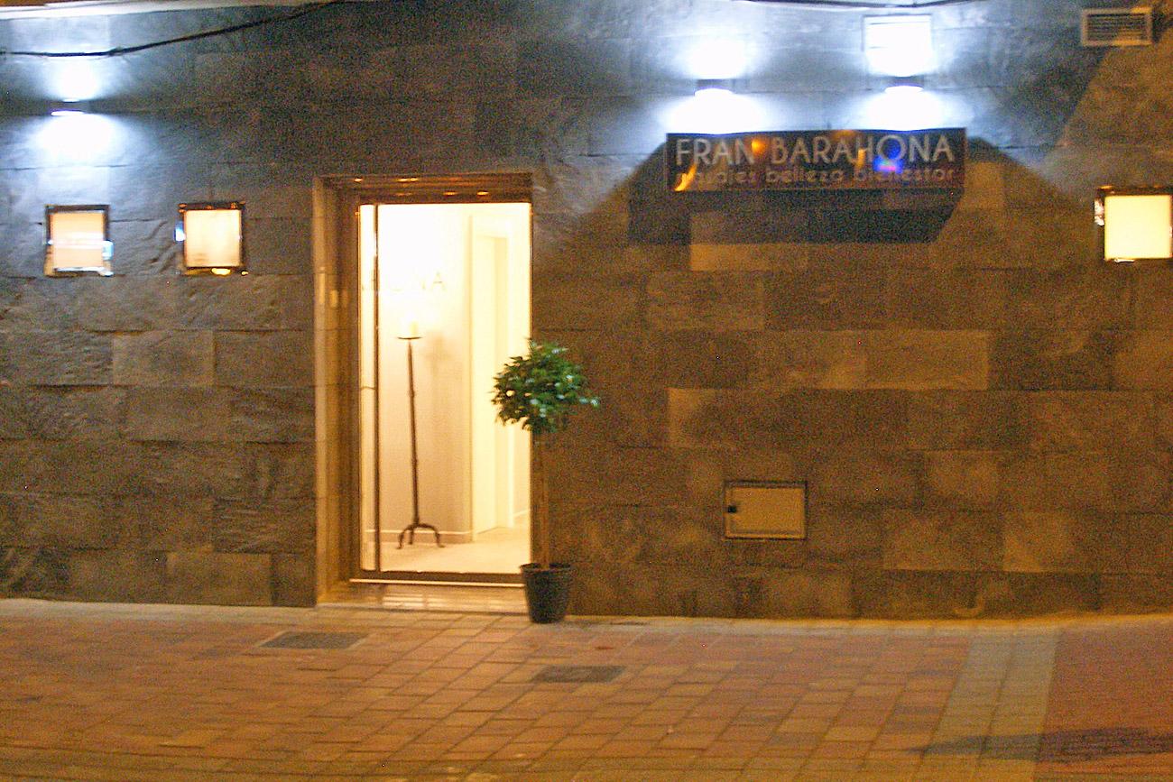 Exterior nocturno Centro Fran Barahona