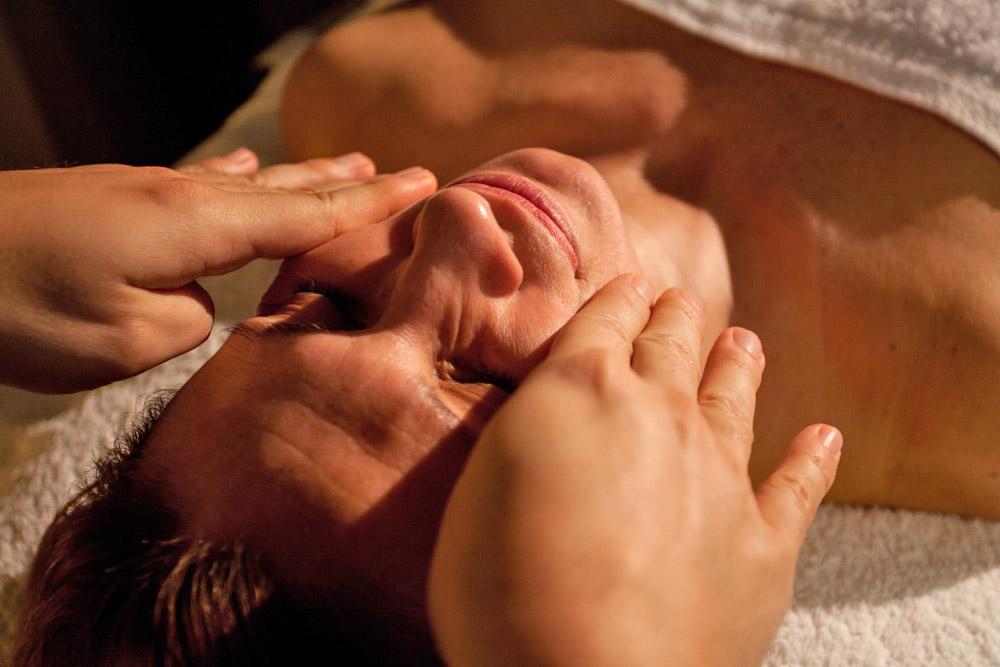 Higiene facial profunda y tratamiento personalizado